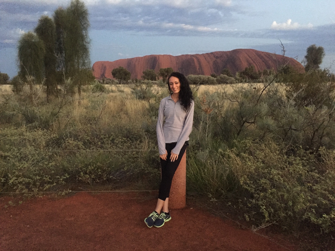 alicia saba the splendid traveler in front of uluru